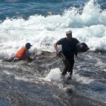 Beim Anlanden auf Anak brandete das Kanu auf einem Felsen und sank.