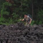 Krakatau 2010: Der Marsch über den Lavastrom erfordert konzentration.