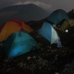 Die Plattform am Kraterrand bietet nur wenig Platz zum Campen.