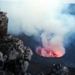 Der Krater hat einen Durchmesser von 1200 m und ist derzeit ca. 450 m tief.