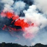 Es bilden sich Riss-Systeme aus denen die Lava hervorsprudelt.