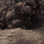 Lavabomben deckten den  fast 1000 m hohen Kegel des Vulkans ein. Bedrohlich wirkende Aschewolken stiegen in den Himmel.  © Marc Szeglat