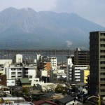 Der Sakura-jima liegt nur wenige Kilometer von der Großstadt Kagoshima entfernt.