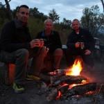 Die Geonauten Florian, Martin und Marc (v. links) am Campfeuer.  © Marc Szeglat