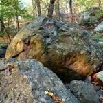 Die Felsen am Ringwall sind ein weiteres Indiz für die vulkanische Entstehungsgeschichte des Maar-Sees. © Marc Szeglat