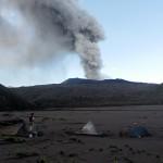 Unser Camp errichteten wir im alten Krater, ca. 300 m unterhalb des aktuellen Kraters. © Marc Szeglat