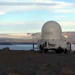 Das mobile Wetterradar wurde nahe des Vulkans postiert und soll Aschewolken detektieren. © Marc Szeglat