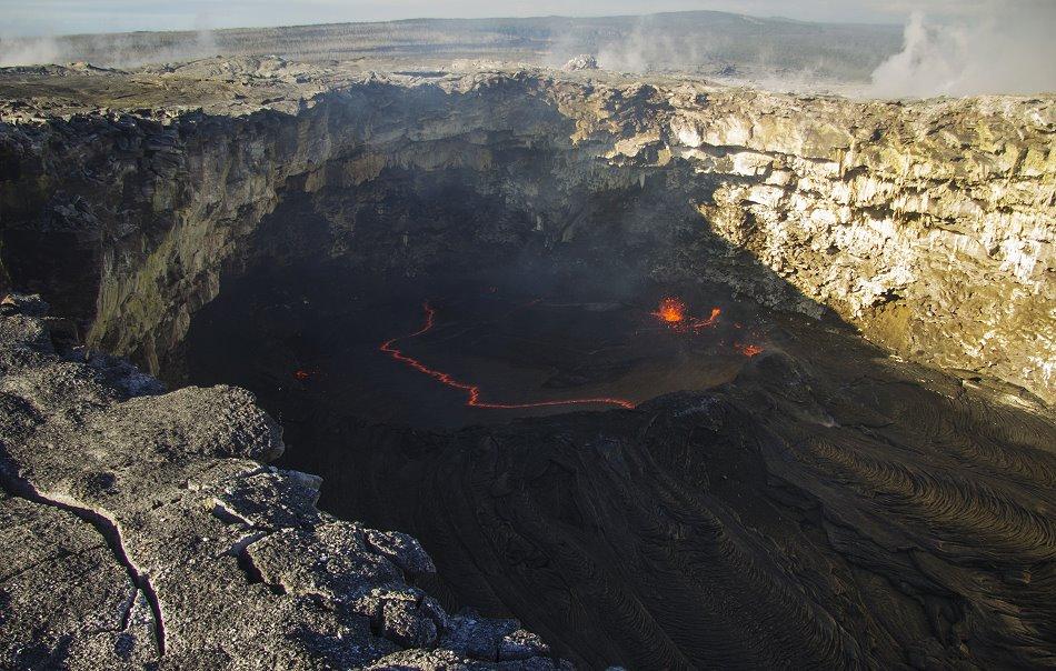 Lavasee im Westpit des PuuOo Kraters. © HVO