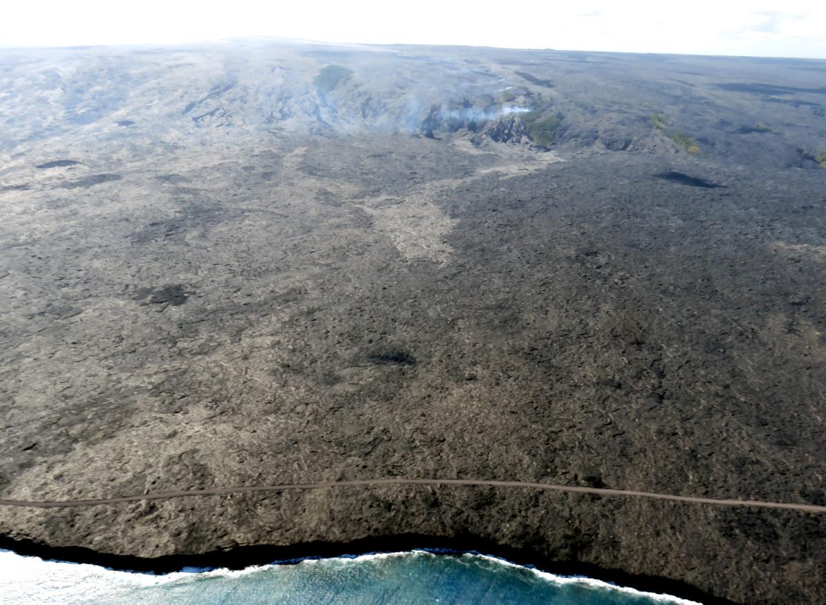 Der Lavastrom hat ungefähr die Hälfte des Weges zwischen dem steilhang und der Küste zurück gelegt. Stagniert jetzt aber fast. © HVO